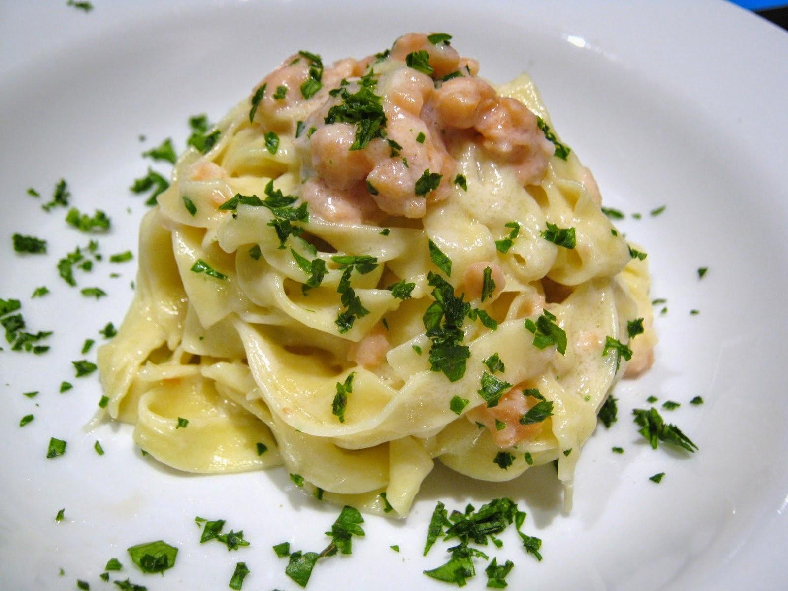 piatto di tagliatelle fatte in casa  con salmone e latte di cocco