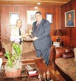 Ministro de las Fuerzas Armadas entrega efigie del general Gregorio Luperón al Ministro Miguel Mejía