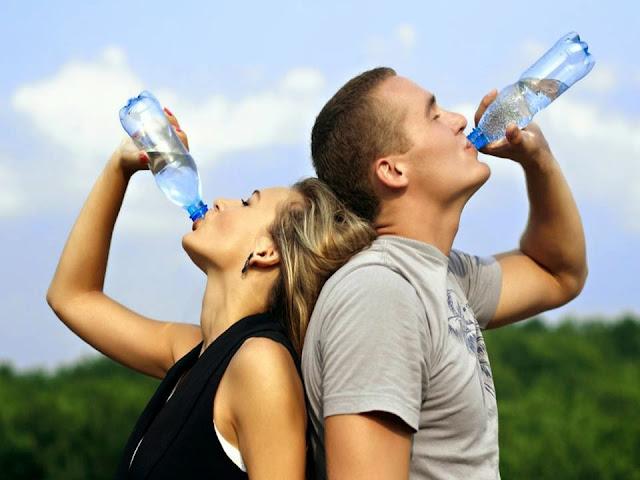 Inilah Resiko Jika Makan dan Minum Dilakukan Sambil Berdiri