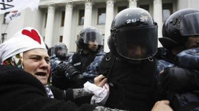 MANIFESTANTES NA UCRÂNIA ENFRENTAM POLÍCIA DIANTE DO PARLAMENTO