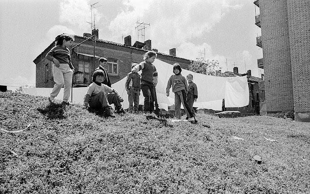Het was een staat die in een permanente staat van beleg was. De kinderen die we hier zien spelen op een heuvel met wapperende lakens, bevinden zich op een schuilkelder. Tussen nagenoeg alle flats liggen deze schuilkelders om de bevolking tegen de vijand te beschermen.