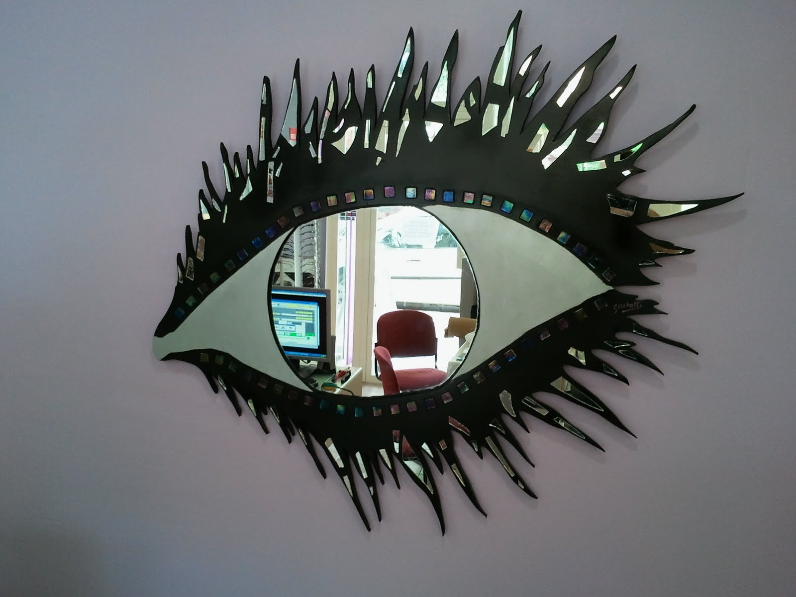 hecha con piezas cermicas incrustadas y espejo roto en mosaico expandido
