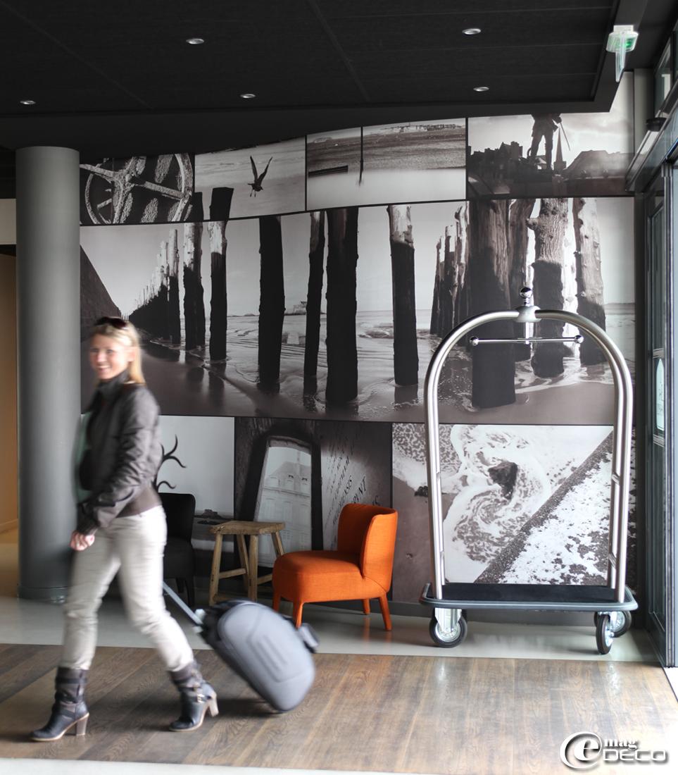 Les photos Georgi Lazarevski tapissent le mur du lobby de l'hôtel Best Western Balmoral à Saint-Malo
