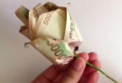 Gambar membuat lipatan uang kertas berbentuk kuntum bunga