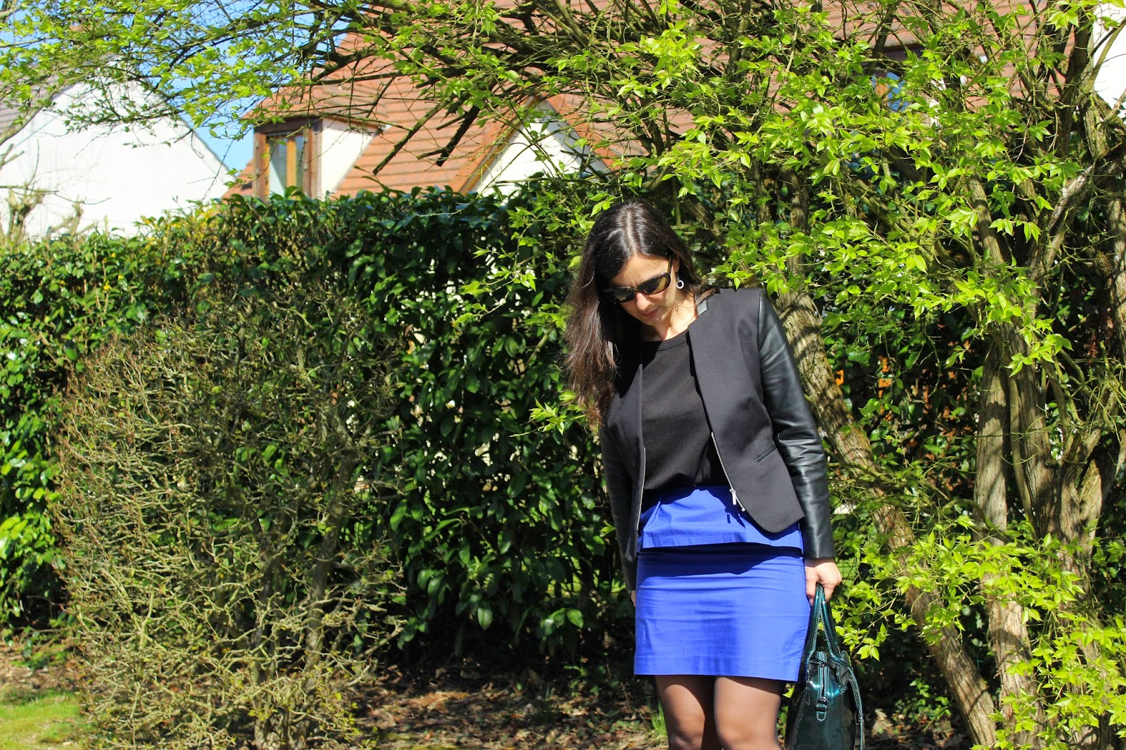 Jupe peplum bleue comptoir des cotonniers, veste bi-matière naf naf, lunette rayban, sac clarks