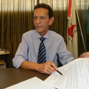 Prefeito de Santa Luzia (MG), Carlos Calixto (PSB), durante entrevista em seu gabinete