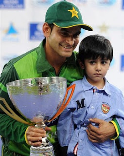 muhammad hafeez with his son with trophy against india