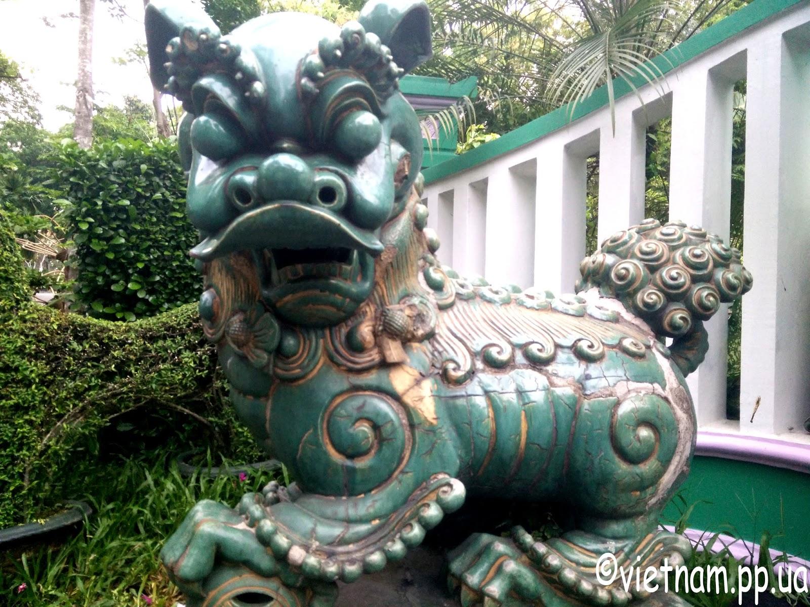 Статуя в зоопарке Хошимина