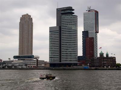Skyline de Wilhelminaplein & -Pier desde el Barrio Marítimo de Rotterdam