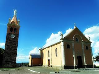 Igreja de 1890, junto ao Santuário de Nossa Senhora do Caravaggio, em Farroupilha. Igreja à direita e campanário à esquerda.