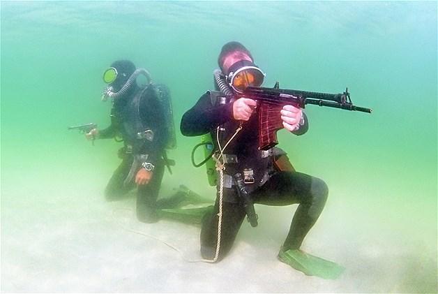 Pindad Kembangkan Senapan Serbu Bawah Air