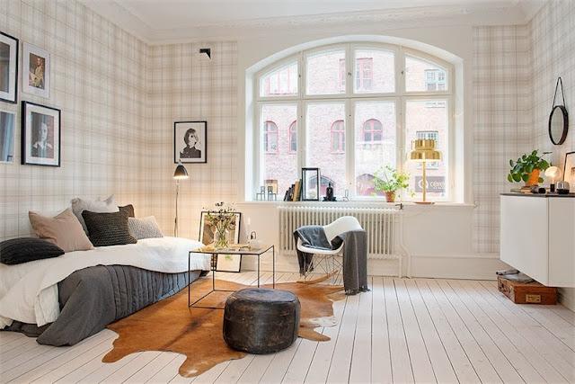 apartamento con papel a cuadros en las paredes