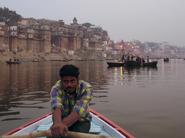 Sur le Gange au lever du soleil