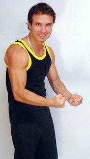 Jenko del Río mostrando sus músculos