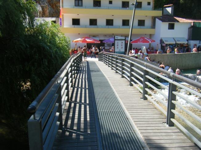 Ponte pedonal dobre o rio Nabão
