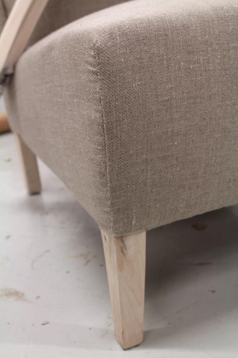 pellavakankaalla verhoiltu nojatuoli