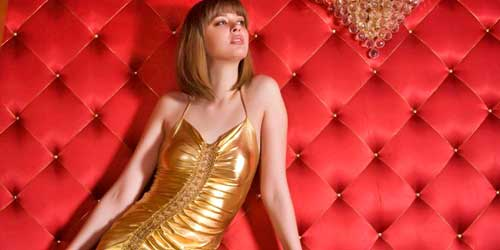 chica vestido dorado noche fiesta