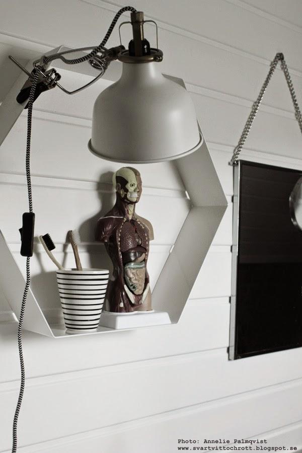 hexagon hylla, vitt, svart och vitt, svartvita, inredningsblogg, inredning, inreda badrum, house doctor spegel, naturvetenskap, trärena tandborstar, klämspot, inspiration,