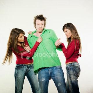 two-women-friends-dispute-competition-fighting-for-a-man-love - لماذا تحبّ النساء التنافس من اجل الحصول على قلوب الرجال؟