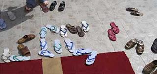 Chinelos em frente a uma mesquita