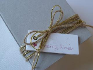 χάρτινο κουτάκι δώρου δεμένο με σπάγγο
