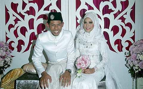 Pengantin perempuan menerima mas kahwin RM300 dan sebentuk cincin ...