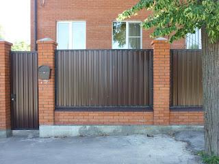 Забор из профлиста с кирпичными столбами. Фото 26