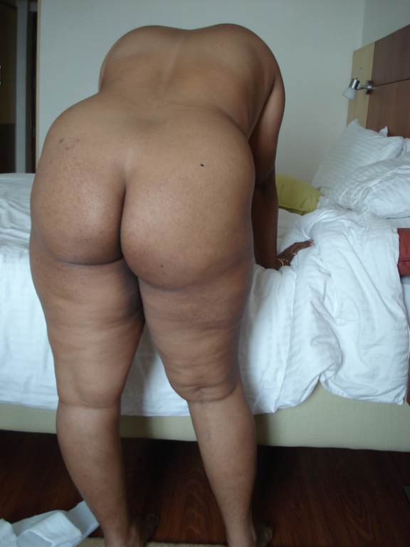 Desi Housewife Showing Her Ass She Has Really Big