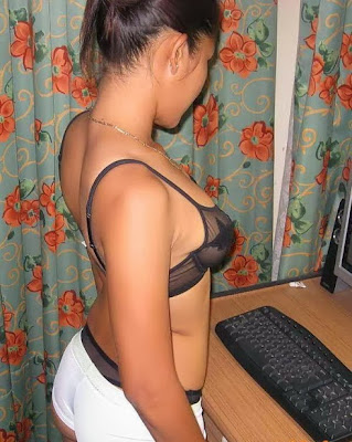 Gadis Montok Pamer Pantat Semoknya