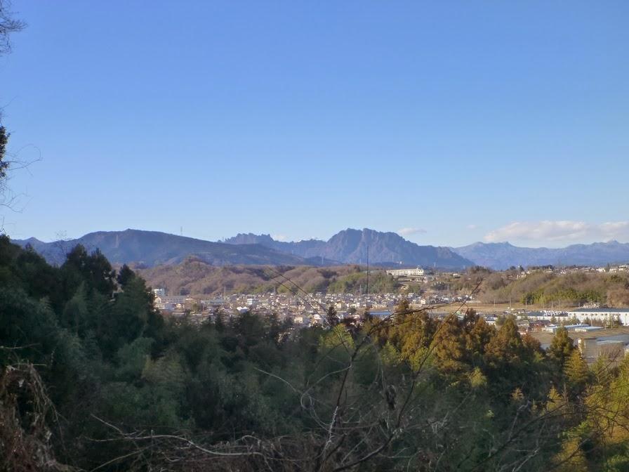 北向観音の参道から見える妙義山、大桁山などです。 富岡市大島の北向観音... 「日本ジオパーク下