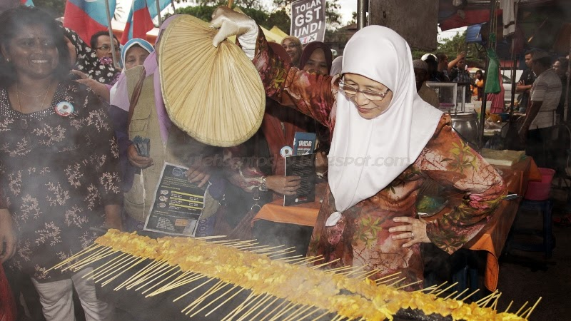Wan Azizah Jalan Jalan Di Pasar Malam Kampung Tok Elong