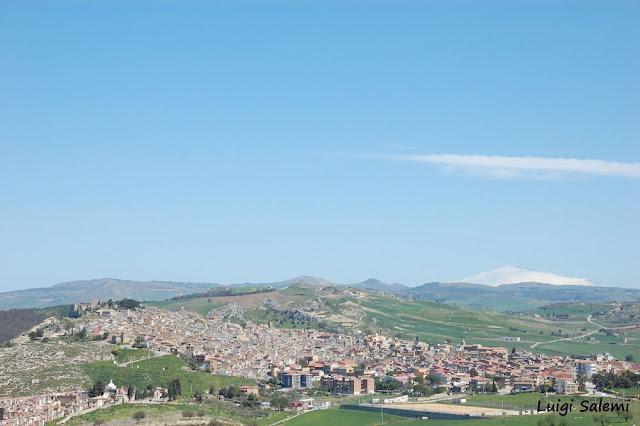 veduta di pietraperzia dalla zona  di monte cane, con l'etna sullo sfondo