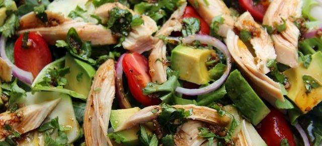 Ensalada de verduras con pollo y aderezo