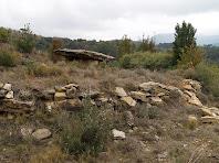 Vista de la Tomba dels Sequers de Gasala amb el túmul reconstruït en primer terme