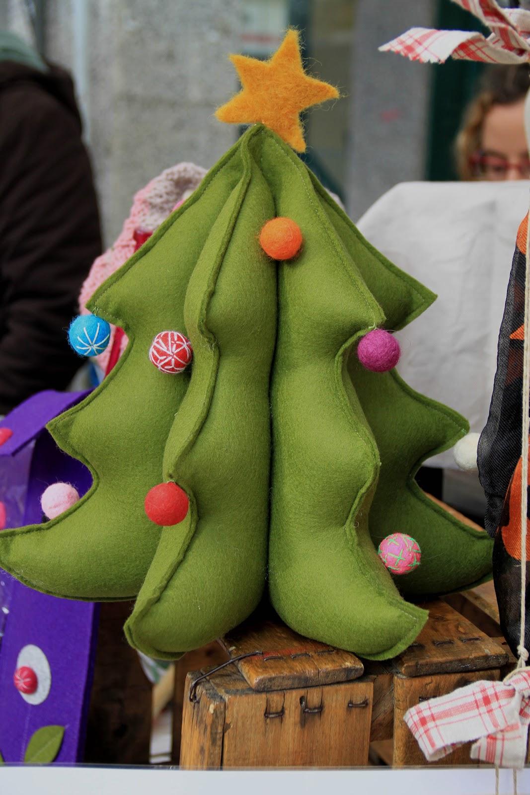 La tricoteca rbol de navidad de fieltro - Bolas de navidad de fieltro ...