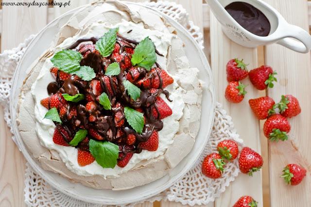 Pavlova z kremem mascarpone, truskawkami i czekoladą