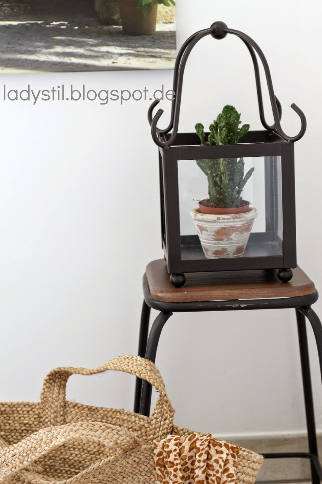 Kaktus in einem Glas auf Hocker