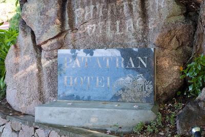 Patatran Village - Hotelschild an der Straße
