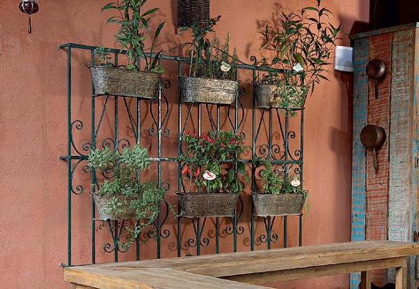 jardim vertical em muro:jardim vertical, reciclagem, grade antiga