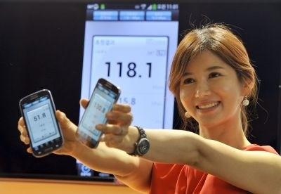 SEORANG model memegang telefon pintar Samsung Galaxy S4 yang menggunakan data rangkaian mudah alih LTE-Advanced di Seoul, Korea Selatan semalam.