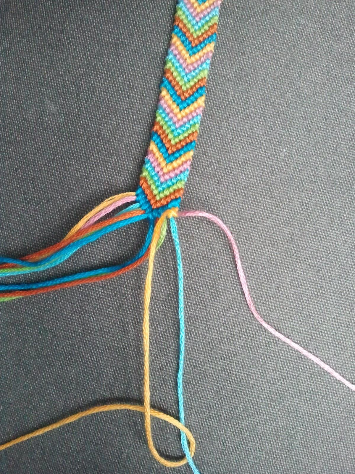 Descendez tout le long des fils vers le centre en répétant chaque fois 2  noeuds par fil. Une fois au centre, passez au côté gauche et faites la même  chose.