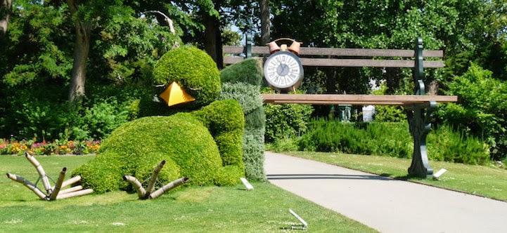 Cute topiary sculpture of a sleeping baby bird by claude ponti for Le jardin de plantes