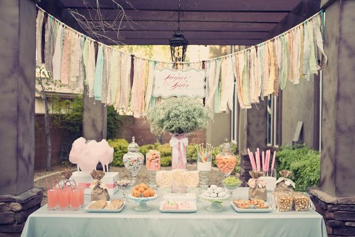 Este buffet decorado con estilo vintage y a juego de la decoración de mesa  que os presenté en una mesa vintage, se basa en colores cálidos y claros  como el