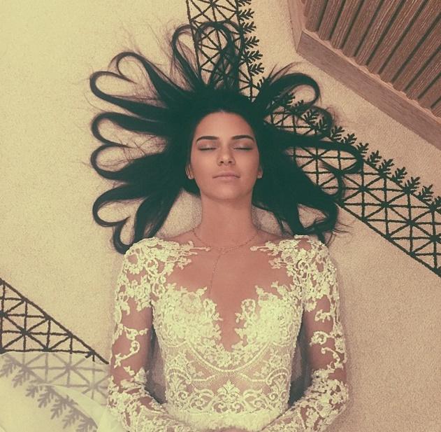 Kendall Jenner com o cabelo e vários corações teve 3 milhões e 100 mil curtidas no Instagram