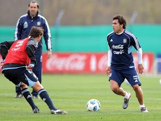 Carlos Tévez sería titular en el debut de Argentina