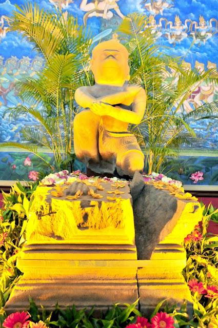 Une statue de Hanuman du 10e siècle acquis par le Musée d'art de Cleveland des Etats-Unis depuis 1982 a été retournée au Cambodge. Le vice-Premier ministre Sok An, ministre du Conseil des ministres, a signé ce matin un accord sur le retour de la statue au Cambodge avec le Dr William M. Griswold, directeur du Musée d'art de Cleveland.