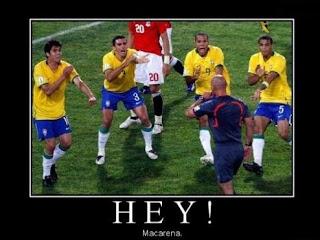 brasilianische nationalmannschaft tanzt macarena vor dem Schiedsrichter