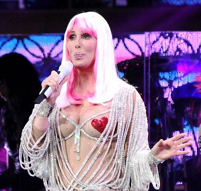 Cher sube a los escenarios en ropa interior