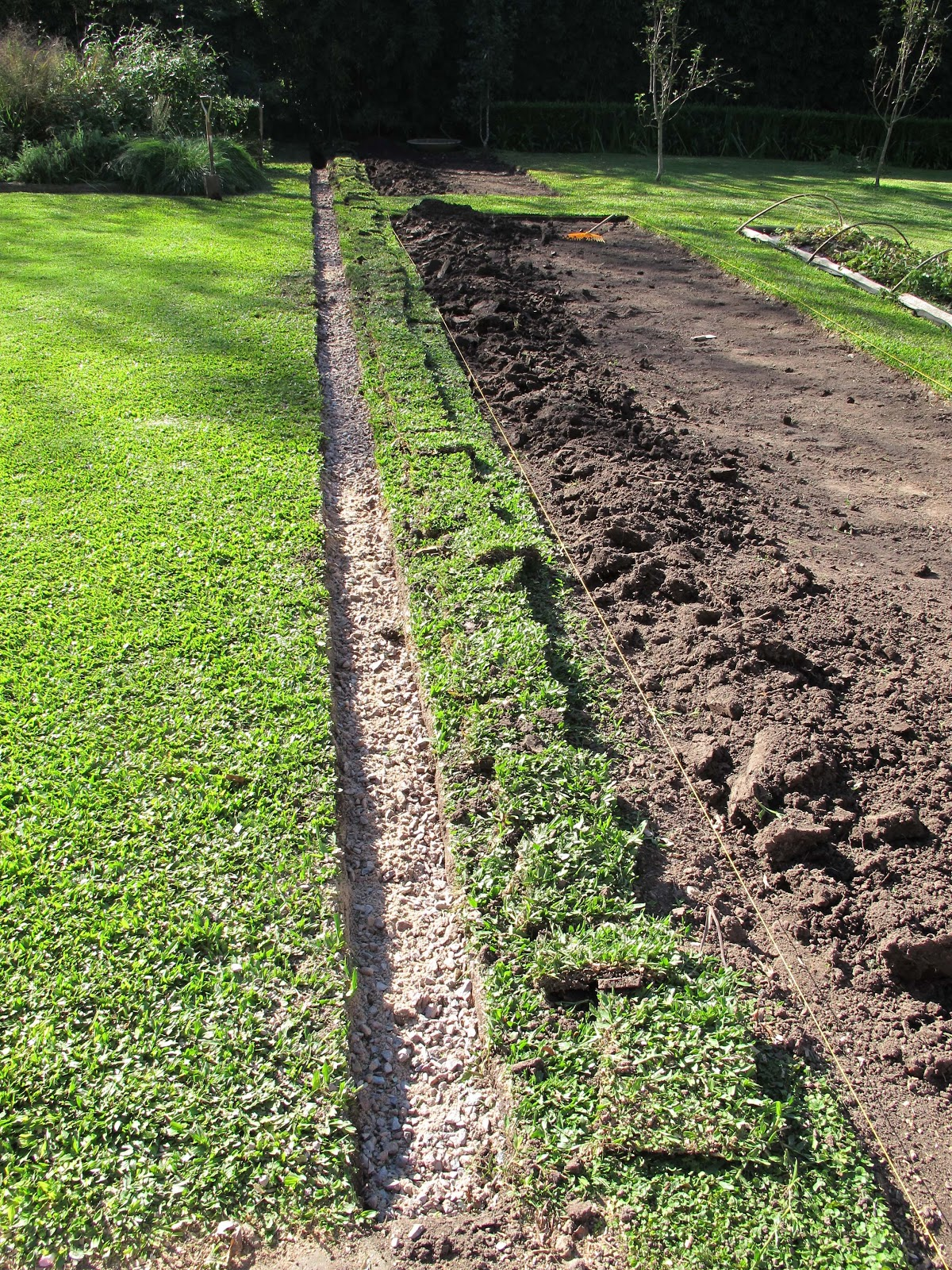 En el jardin nuevo cantero en construcci n for Caidas de agua para jardin