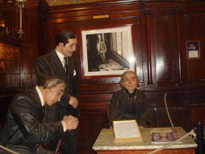 Figuras de Jorge Luis Borges, Carlos Gardel e Alfonsina Storni no Café Tortoni